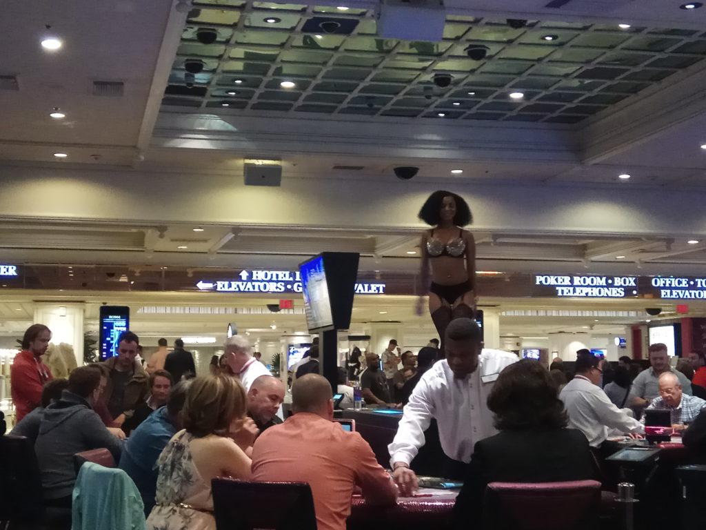 Девушка танцует прямо на столе в казино
