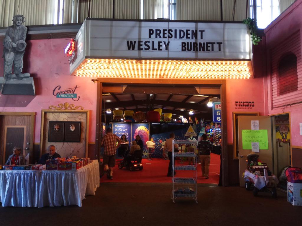 Вход в выставочный зал оформлен в стилистике кинотеатров 50х годов