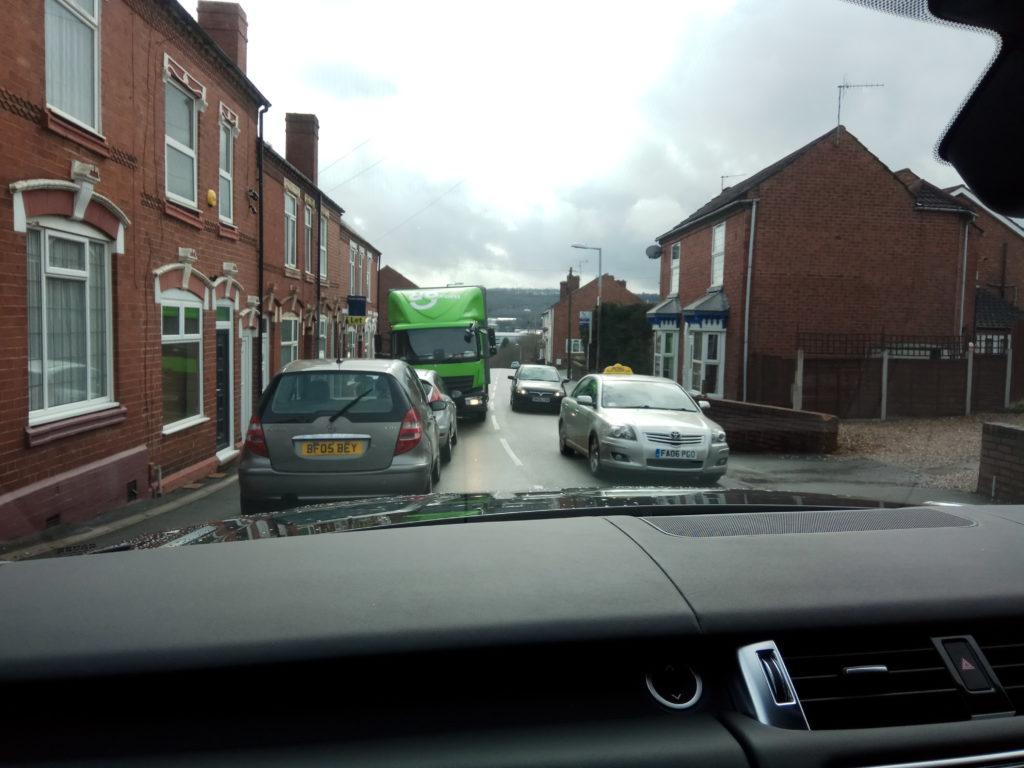 Узкие улицы: с двух сторон напаркованы тачки, а меж ними двухстороннее (!!) движение