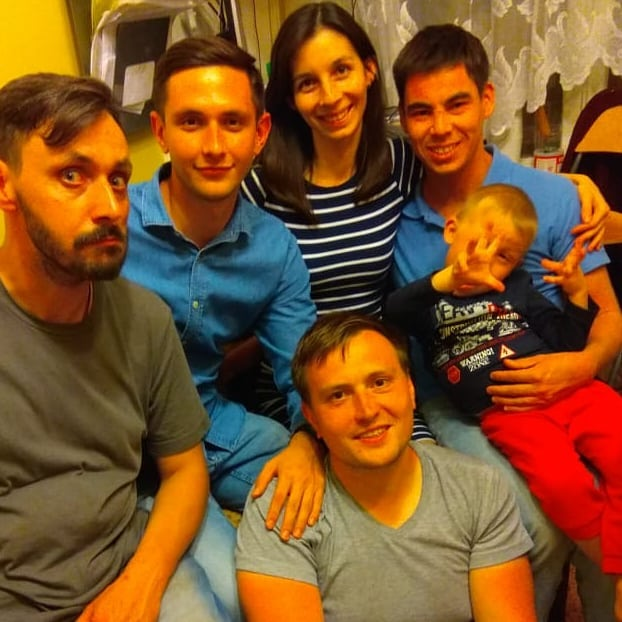 Нумерация слева: 1- Иванов Алексей (тех. специалист), 2 - Таинкин Сергей (смм), 3 - Степан (программист), 4 - Медведева Мария (супруга), 5 - Артём Медведев (я), 6 - Александр Медведев (сын)